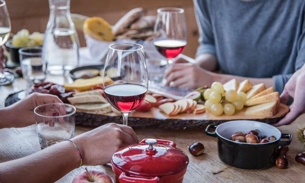 Prelibatezze culinarie con vino e castagne